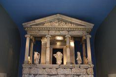 Monumento de las Nereidas | Procedente de Xantos, Licia en Turquía. Este monumento funerario, posiblemente de la dinastía de los Arbinas, combina elementos y diseños griegos y persas. Las figuras entre las columnas se han identificado con las Nereidas. 380 a. C.  Museo Británico.