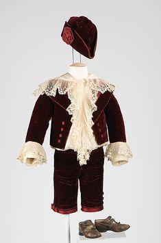 1885- El pequeño Lord Fauntleroy traje era un estilo destacado por su ropa vestido de niño de las clases privilegiadas. La camisa en este conjunto es particularmente notable, hecho de seda fina, con una abundancia de bien hecha volantes de encaje hecho a máquina. La camisa se ha cosido de manera que se mantenga el efecto blouson independientemente de los movimientos del niño.