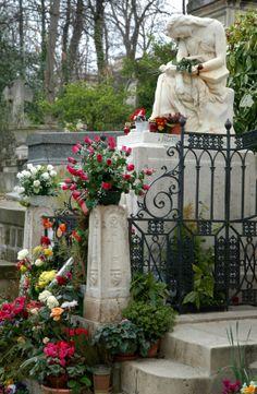famous graves   The Famous Graves of Pere LaChaise Cemetery - Tour Paris