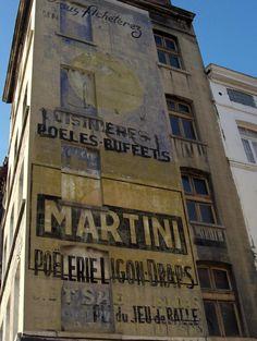 Rossi Apéritif en haut et Martini & ??(Voire lien) (32 Place du jeu de balle -Vieux marché, au coin de la rue de l'Economie -Bruxelles -Belgique) Vous avez une autre vue ici https://www.instantstreetview.com/@50.836933,4.345097,-105.6h,45p,0.66z