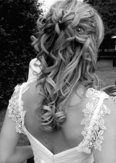 Gorgeous hair. Beautiful lace sleeves on the dress to. Very classic