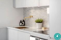 Petite cuisine en marbre blanc. Mon Décorateur d'Intérieur – Un petit appartement de design hipster à Stockholm