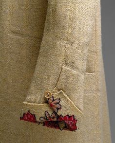 1927 cream coat by Gabrielle Chanel - sleeve detail w/ flower embroidery Kurti Sleeves Design, Sleeves Designs For Dresses, Sleeve Designs, Blouse Designs, Kurta Designs, Couture Details, Fashion Details, Style Fashion, Vintage Outfits