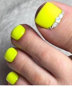 White Shellac Nails, Toe Nails White, Glitter Toe Nails, Pretty Toe Nails, Cute Toe Nails, Yellow Nails, Dope Nails, Pedicure Nails, Cute Acrylic Nails