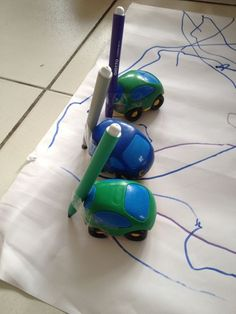 scotcher un feutre à l'arrière d'une voiture et amusez-vous. Il est possible de faire un atelier similaire en trempant les roues des voitures dans la peinture. Infant Activities, Kindergarten Activities, Preschool Crafts, Activities For Kids, Projects For Kids, Diy For Kids, Crafts For Kids, Diy Toys, Child Development