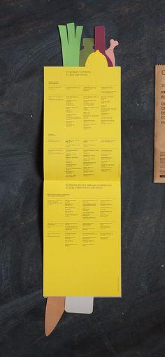 Un folleto en una bolsa de papel—A brochure in a paper bag