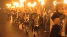 """Milhares de pessoas carregando tochas e vestidas como Vikings, marcharam pelas ruas de Lerwick nas ilhas Shetland da Escócia nesta terça-feira. O desfile fazia parte do festival """"Up Helly Aa """", uma celebração ardente que acontece todos os anos. Este é o maior festival de fogo da Europa e é uma herança nórdica de Shetland que atrai milhares de turistas e curiosos. Durante toda a noite música e muita bebida animam os participantes, mas a queima de uma réplica do famoso barco Viking, o dra..."""