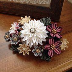 【mamsheart】さんのInstagramをピンしています。 《白の半クスキットをご購入の生徒様から、組み物でコームに仕立てたいとのご要望により製作しました。 見本です。これからキットの材料作ります٩( 'ω' )و #つまみ細工#handmade#tsumami#コーム#かんざし#桜#半クス#ハンドメイド#キット#髪飾り》