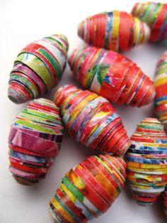 Queste perle di carta sono fatti da carta da imballaggio. Sono 1/2 pollici di lunghezza, e ci sono 12 perle.  Ogni perlina è misurata, tagliare, laminati, incollati, coperto con uno strato esterno di finitura acrilica a mano. Ogni perlina è unico a causa della natura artigianale. Otterrete le perle esatte nella foto.  La colla rende difficile le perle, la finitura acrilica li rende lucido e resistente allacqua. Queste perle sono ancora fatte dalla carta, quindi non dovrebbero essere…