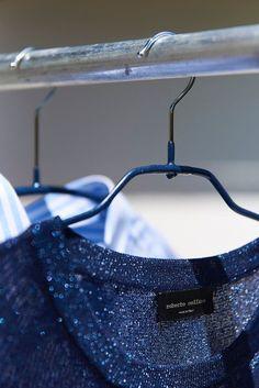 Fashionliebe fängt im Kleiderschrank an Ihr habt gerade einen neuen Kleiderschrank gekauft oder die letzten Wochen genutzt, euren vorhandenen mal richtig aufzuräumen und auszusortieren? Für mich ist ein Kleiderschrank erst perfekt, wenn ich weiß, dass alle meine Fashionlieblinge optimal im Schrank versorgt sind und den Bügel haben, den sie verdienen.Welcher Bügel passt zu welchem Kleidungsstück und in welchen Schrank?