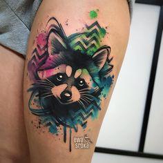 Tatuagem feita por Ewa Sroka da Polônia.    Guaxinim em aquarela na coxa.