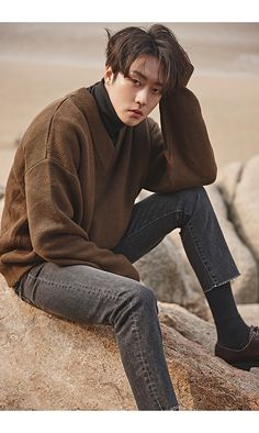 Oversize knit v-neck sweater, black turtleneck, gray cropped skinny jeans Korean Fashion Men, Best Mens Fashion, Young Fashion, Oversized Sweater Outfit, Turtleneck Outfit, Black Turtleneck, Grey Jeans Men, Turtle Neck Men, Style Masculin