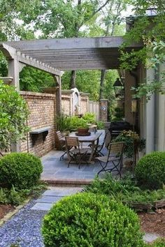 Pergola connected to house and fence, over dining area in courtyard. fantastic design for narrow patio - James Farmer. Note how the pergola going across the patio makes it seem wider. Small Courtyard Gardens, Small Courtyards, Outdoor Gardens, Side Gardens, Raised Gardens, Outdoor Plants, Small Backyard Landscaping, Backyard Pergola, Landscaping Ideas