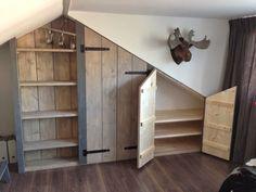 LIVING a la Mar: ♥ Built-in wardrobe in the attic - - Attic Loft, Loft Room, Bedroom Loft, Bedroom Decor, Alcove Storage, Attic Storage, Bedroom Storage, Attic Spaces, Attic Rooms