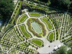 Roseraie vue du ciel de l'Haye les Roses (Val de Marne). La Roseraie du Val de Marne est composée de 13 jardins de collections différents