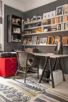 Mesa com tampo branco rústico e cavalete em madeira na cor preta