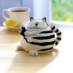 Even while playing cat and mouse, our ceramic teapot always brews the perfect tea for one. Makes tea for one Pottery Teapots, Ceramic Teapots, Tea For One, Deco Boheme, Photo Chat, Cat Mouse, Teapots And Cups, How To Make Tea, Crazy Cats