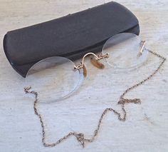 Antiquité. Collection. Très ancienne paire de lunettes chaîne or Lévis…