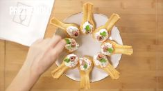 Are you looking for tantalizing ideas for your happy hour? Here is a tasty and easy to prepare idea to bring a nice finger food to the table. The crunchy spoonful of puff pastry contains a creamy ricotta and vegetable mousse. Happy Hour, Holiday Appetizers, Appetizer Recipes, Cakes That Look Like Food, Mousse, Fingerfood Baby, Picnic Date, St Patricks Day Food, Veggie Sandwich