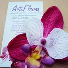 Broche ou barrette fleuron orchidée fuchsia blanc cœur magique