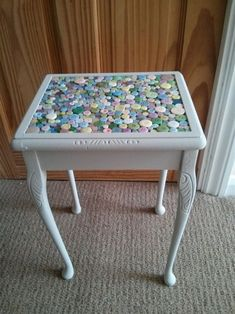 Button table docrafts com would like this on my sewing table the only thing i would add is a glass or plexiglass top so that it can easily be cleaned and protect the buttons Furniture Projects, Furniture Makeover, Diy Furniture, Diy Projects, Vintage Furniture, Furniture Design, Button Art, Button Crafts, Button Badge