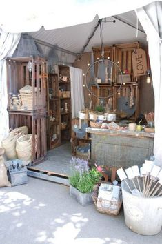 Zinc et Bois brut Nice display. The crates are great display and easy to tale apart and put together for a temporary show. Market Stall Display, Flea Market Booth, Vendor Displays, Craft Booth Displays, Display Ideas, Market Stalls, Clothing Booth Display, Craft Stall Display, Flea Market Displays