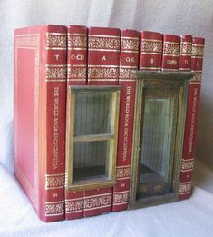 Use my old encyclopedias for something like this in my Barbie doll house ? Vitrine Miniature, Miniature Rooms, Miniature Houses, Old Encyclopedias, Altered Book Art, Book Sculpture, Book Folding, Book Projects, Book Nooks