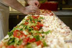 Pizza al metro preparazione....