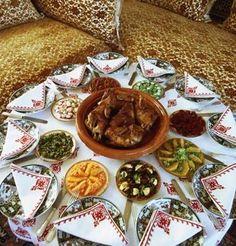 3159.L'AMBIANCE DE LA TABLE. par rolbenzaken blog (De Rabat de 1949 à 1967.) Morrocan Food, Moroccan Kitchen, National Dish, Food Decoration, My Best Recipe, Arabic Food, Iftar, Food Pictures, Food Photography