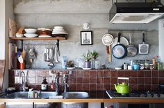 <p>ざっくり感たっぷりのコンクリート壁と手仕事感あるタイルが、大らかな雰囲気を出してます。</p>