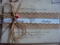 Convite de casamento no estilo rústico confeccionado com tela, renda e papel convite, à escolha.