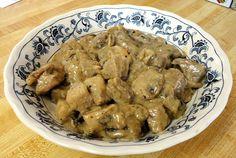 Μια πανεύκολη συνταγή (προσαρμοσμένο από εδώ) για ένα πεντανόστιμο πιάτο. Τρυφερές χοιρινές μπουκίτσες με μανιτάρια σε κρεμώδη σάλτσα. Συνοδέψτε με πιλάφι