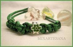 038 En cola de ratón color verde, con una preciosa entrepieza de flor. Precio: 5 euros.