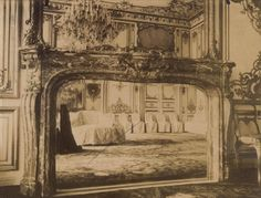 7, quai d'Anjou, à l'hôtel de Lauzun. - 48) LAMBRIS AU 17°s: En cette fin de siècle, la cour s'est définitivement installée à Versailles. Le roi Soleil commence à décorer son château d'objets et de meubles d'Extrême-Orient: paravents, porcelaines, étoffes peintes, papiers peints... Sur les murs, les marbres sont déjà remplacés par des stucs. Dans les boiseries, on supprime l'astragale et on diminue le compartimentage des panneaux; ceux-ci montent dorénavant de la cimaise au plafond.