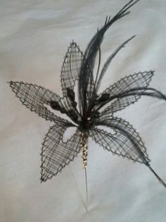 Broche flor negra realizada en encaje de bolillos Needle Lace, Bobbin Lace, Lace Heart, Lace Jewelry, Lace Making, String Art, Lace Detail, Butterfly, Floral