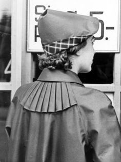 A klepper raincoat for women with the Rillo ventilation system on the back. Women could protect their hair with either an attachable hood or a separate matching rain hat shown here. Latex Fashion, Emo Fashion, Gothic Fashion, Fashion Models, Gothic Corset, Gothic Dress, Rubber Raincoats, Rain Hat, Sombreros