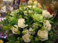 Bouquet de rosas avalanche con brassicas
