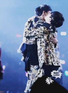 EXO Baekhyun clinging onto Tao. Too adorable! XD I love thiss!! I can totally feel the closeness♡ (gif)