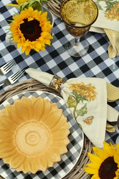 Celebrate summer at the table with black and white buffalo check and cheery sunflowers. I set a table for two b… Sunflower Kitchen Decor, Sunflower Cafe, Sunflower Party, Sunflower Design, Sunflower Centerpieces, Sunflower Decorations, Tall Centerpiece, Enjoy Your Meal, Beautiful Table Settings