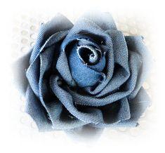 Creare per Hobby: Una rosa di Maggio...... riciclosa Denim Flowers, Cloth Flowers, Fabric Flowers, Denim Crafts, Burlap Crafts, Fabric Crafts, Brooches Handmade, Handmade Flowers, Jean Diy