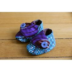 Chaussons pour bébés en tissu (Wax, Liberty, Japonais, ...). Les chaussons sont rembourrés d'une fine couche de ouatine, pour tenir les pieds de votre enfant au chaud.  Plusieurs tailles disponibles.   Plus de détails sur: http://www.waxandco.fr/product.php?id_product=520