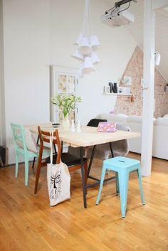 Boho Deco Chic: Un salón con pared de ladrillos y pinceladas en Mint!