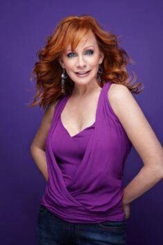 banking singer Reba McEntire Photos of Country Music Stars, Country Music Artists, Country Musicians, Beautiful Redhead, Beautiful Celebrities, Gorgeous Women, Stunningly Beautiful, Beautiful Roses, Beautiful People