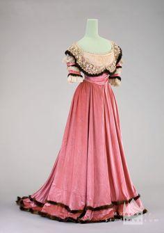 Evening dress | 1900 | silk velvet | Munich City Museum | Inventory #: T-63/15542 | Belonged to Countess Courten