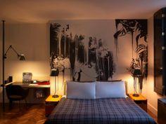 """The Ace Hotel à New York  Que New York batte au rythme de la Fashion Week ou qu'elle fourmille à son habitude, le Ace Hotel est de ces endroits que l'on aime retrouver, comme une maison de vacances. Ce sentiment vient sûrement de l'atmosphère """"pension de famille"""" confortée par la présence de livres et de disques savamment choisis, de meubles vintage et de tissus à carreaux très maison Ralph Lauren, mêlée à un confort ultra moderne blindé de joujoux hi-tech."""