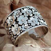 Inspired by baroque stylizations, Joaquín and Josefina design this exquisite band ring. Silver daisies glow with the charm of moonlight in a...