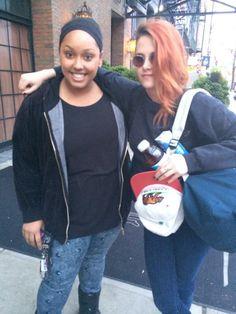 Kristen aparece em mais uma foto ao lado de fã, tirada hoje cedo em Nova Iorque, onde a atriz está por ter participado ontem do Met Gala Ball 2014. Vejam só: