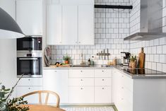 〚 Charming Swedish apartment with pastel touches sqm) 〛 ◾ Photos ◾Ideas◾ Design Loft Kitchen, New Kitchen, Kitchen Dining, Kitchen Decor, Kitchen Furniture, Kitchen Interior, Teak Furniture, Kitchen Cupboard Doors, Kitchen Cabinets