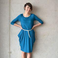 šaty+WIDE+Simple+Šaty+WIDE+Simple+v+petrol+barvě.+Šaty+jsou+volného+střihu+od+ANUK.+Šaty+jsou+na+předním+díle+hladké+a+do+boků+jsou+rozšířeny+do+cípů.+Šaty+je+možné+nosit+na+3+způsoby-+s+páskem,+zavázané+nebo+jen+tak+volně.+Materiál:+95%+viskoza+++5%+elastan+Velikost:+Ihned+dostupné+velikosti+L+nebo+na+přání+vel.+L+obvod+hrudníku++-+96cm,+obvod+boků++-+100+cm+...