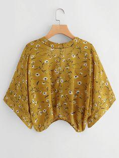 To find out about the Calico Print Kimono Sleeve Surplice Blouse at SHEIN, part of our latest Blouses ready to shop online today! Kimono Fashion, Fashion Clothes, Fashion Outfits, Diy Clothes Tops, Clothes For Women, Kurta Designs, Blouse Designs, Blouse Fleurie, Plus Size Kimono